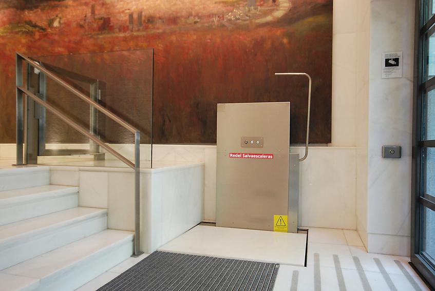 Redel salvaescaleras plataforma vertical for Salvaescaleras vertical